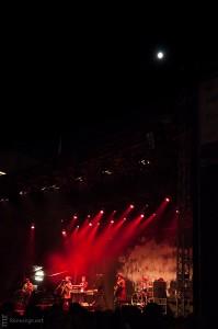 Der Mond steht über der Bühne am Kennedyplatz, auf der Nneka spielt